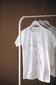 部屋にぶら下がっている白いシャツ