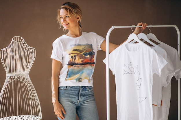 Женщина выбирает белую рубашку