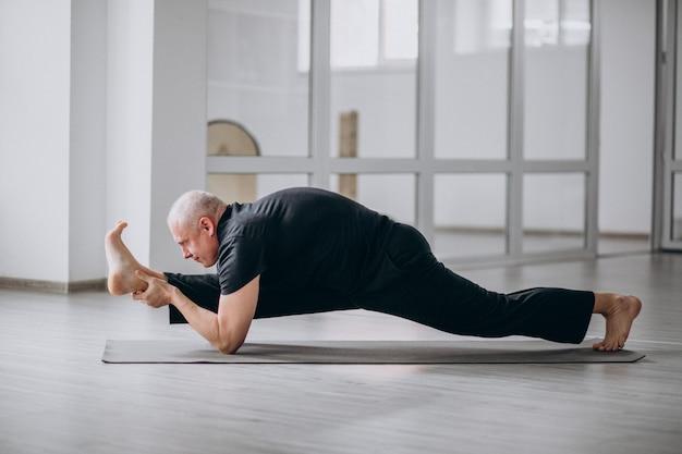 Человек практикующих йогу в тренажерном зале