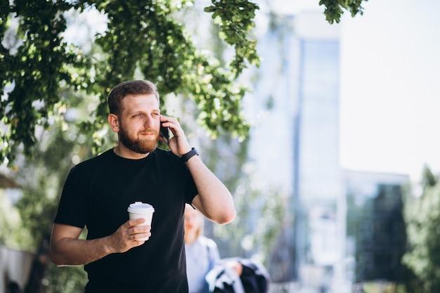 電話で話している若手実業家