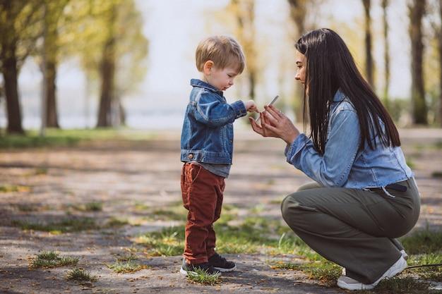 Мать с маленьким сыном в парке