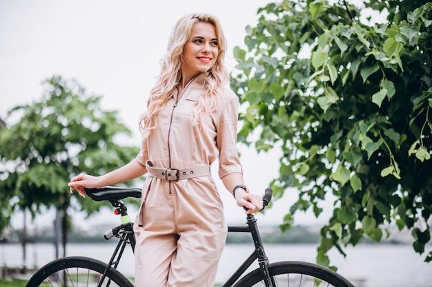 公園で自転車の若い女性
