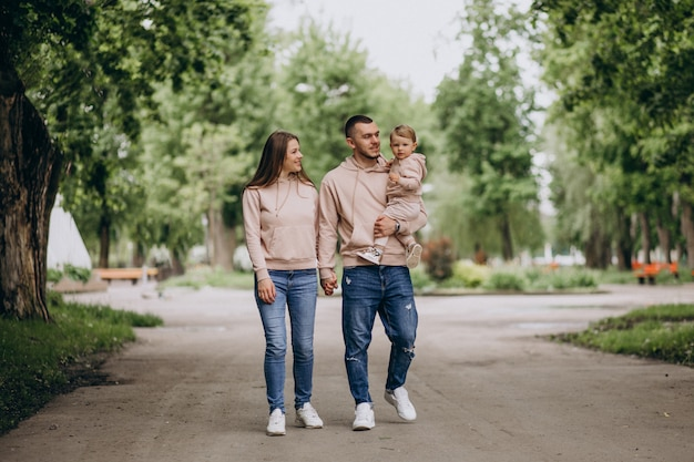 公園で彼らの小さな赤ちゃんの子供を持つ若い家族