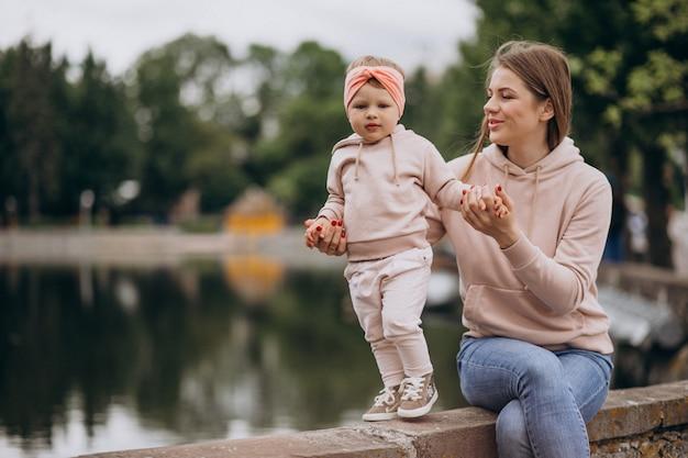 公園で彼女の小さな娘を持つ母