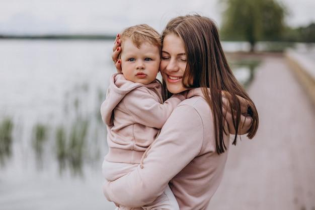 公園で彼女の小さな子供を持つ母