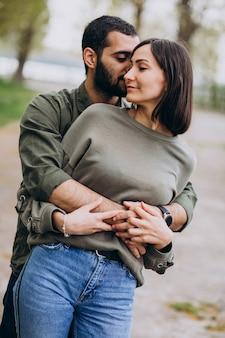 Молодые международные пары вместе в парке