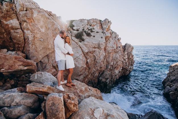 海沿いのギリシャでの新婚旅行に若いカップル