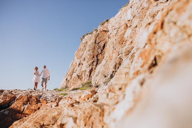Молодая пара на медовый месяц в греции
