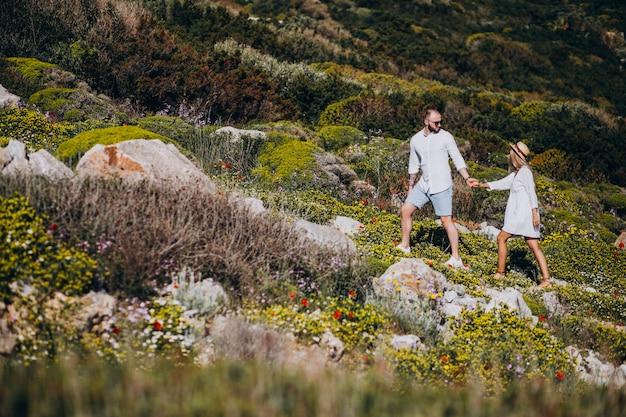ギリシャの新婚旅行に若いカップル
