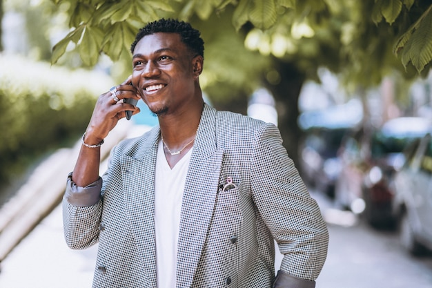 電話を使用してアフリカ系アメリカ人の男