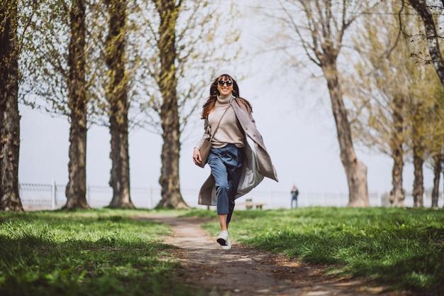 公園を走っている若い女性
