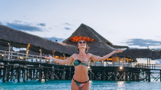Сексуальная женщина в купальных костюмах на берегу океана