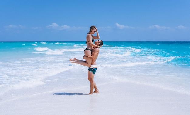 Пара счастлива вместе на отдыхе у океана