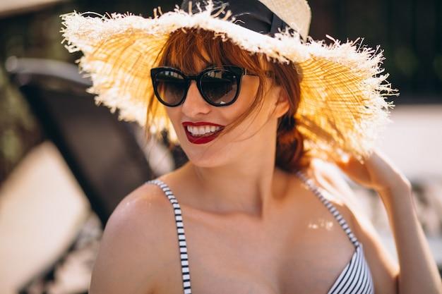 休暇中に帽子で美しい女性の肖像画
