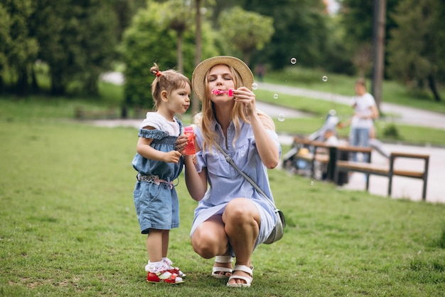 公園で小さな娘を持つ母