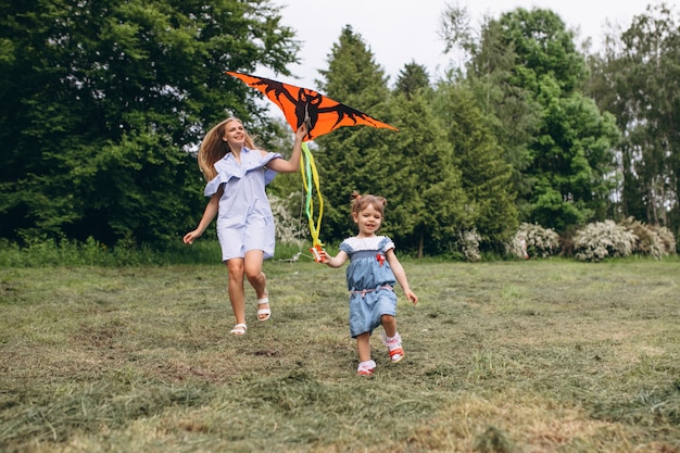 Мать с маленькой дочерью в парке