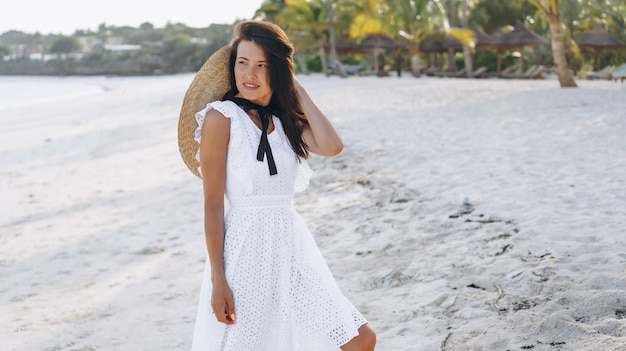 Женщина в шляпе на побережье индийского океана