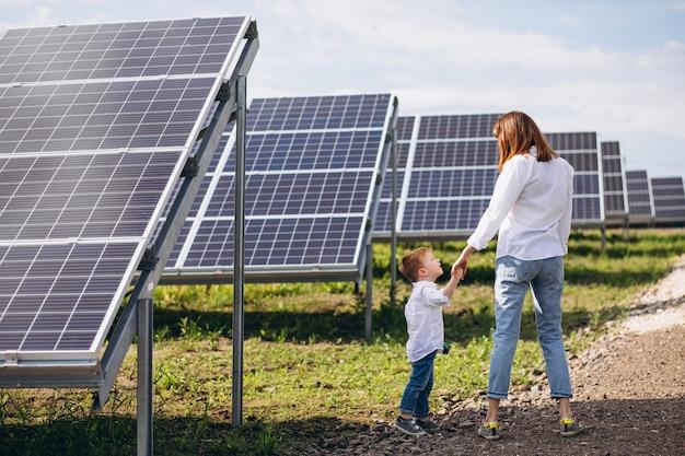 Мать с маленьким сыном от солнечных батарей