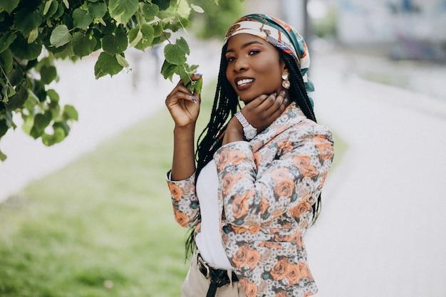 公園でスタイリッシュなアフリカ系アメリカ人女性