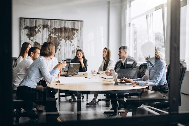 オフィスで事業計画を立てる人々のグループ