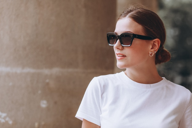 Молодая женщина, одетая вскользь в городе