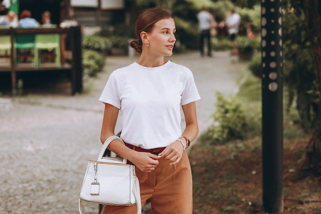 都市公園の外カジュアルな服を着た若い女性
