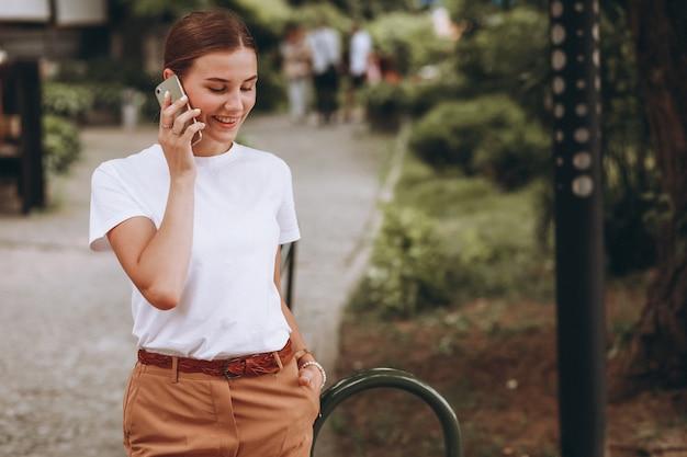 Молодая женщина в центре города, разговаривает по телефону