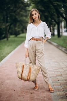 Довольно блондинка в парке носить летний взгляд