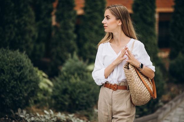 夏の外観を着て公園でかなりブロンドの女性