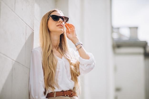街で夏の服に身を包んだ若い女性