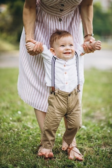 公園で小さな幼児の息子を持つ母