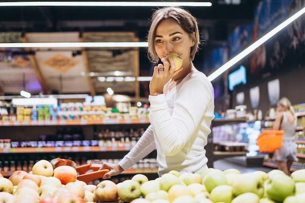 食料品店でのショッピングの女性