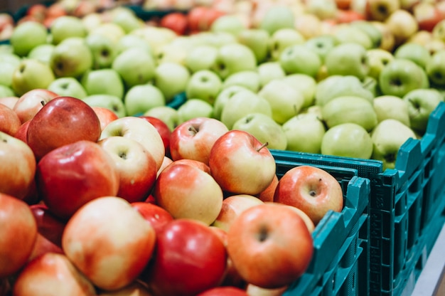 スーパーマーケットで新鮮なリンゴ