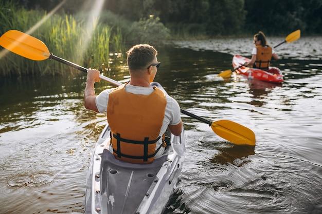 Пара вместе на байдарках по реке