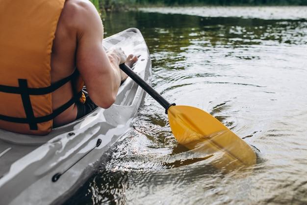 若い男が川でカヤック