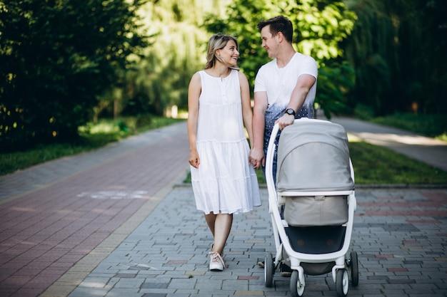Молодая пара с дочерью в парке