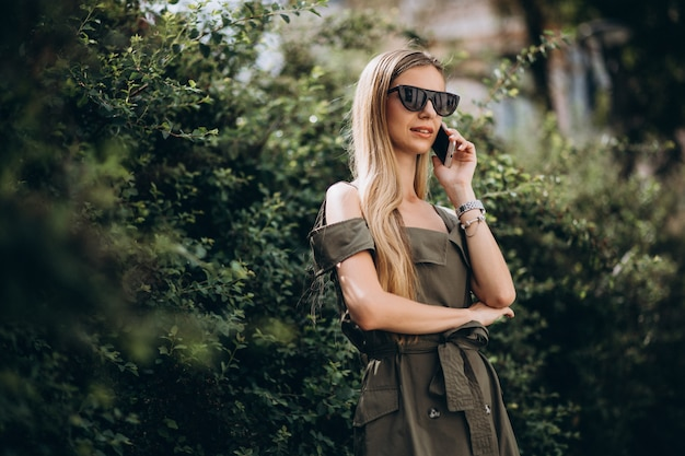公園で電話で話している女性