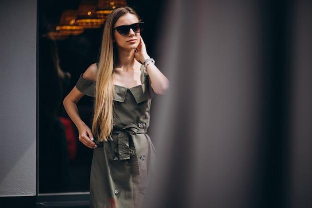 夏の服を着て町で若い女性