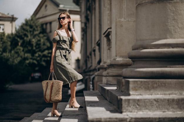 階段を上って歩いて若いビジネス女性