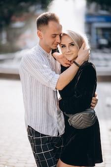 町で一緒に若いカップル