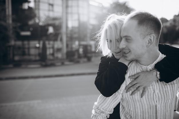 Молодая пара вместе в городе