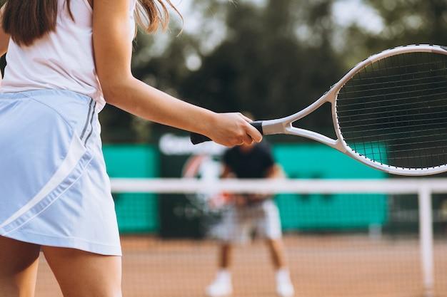 テニスをコートで若い女性