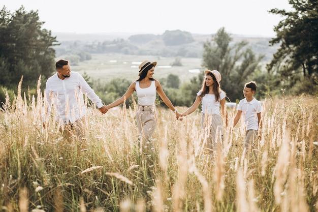 野原を歩いている子供を持つ親