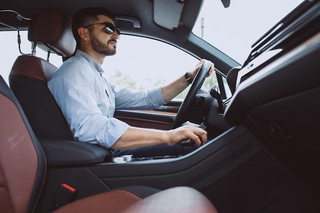 車で旅行するハンサムな実業家