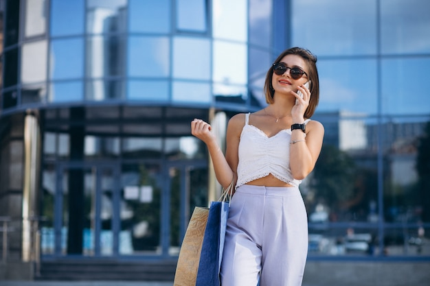 ショッピングセンターで若い女性