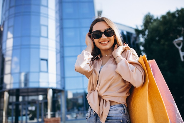 Молодая женщина у торгового центра