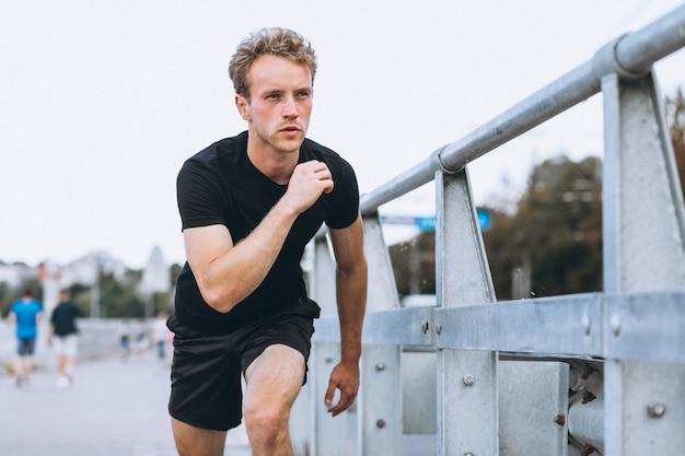 若いスポーツ男、朝のエクササイズ