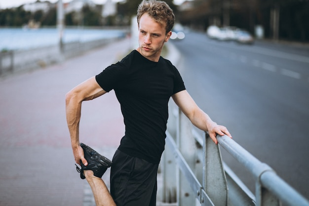 Молодой спортивный человек, утренняя тренировка