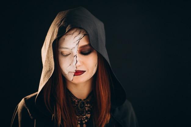 ハロウィーンの衣装の女性