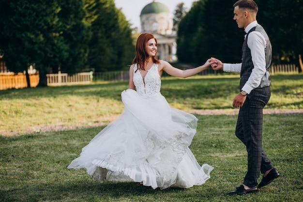 Молодая пара брак фотосессия на улице